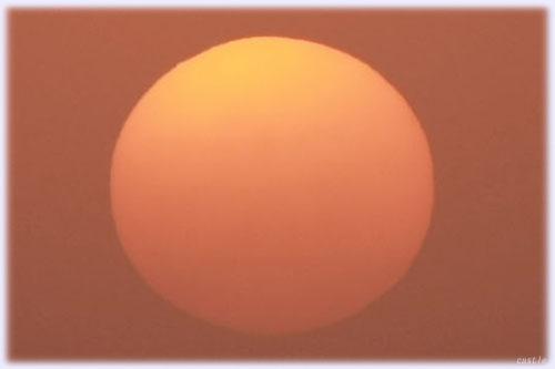 朝霧の向こうに太陽
