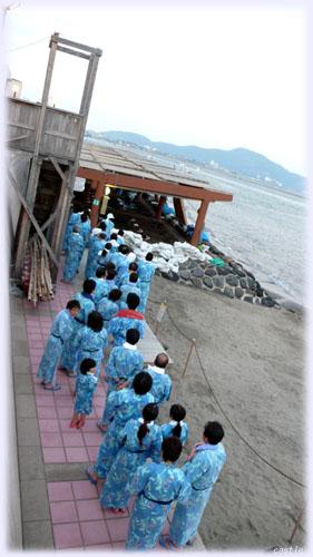 砂むしを待つ人々