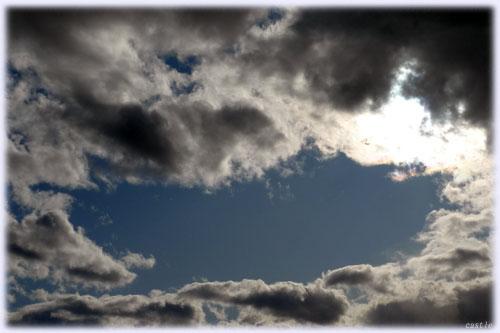笑う口のような雲