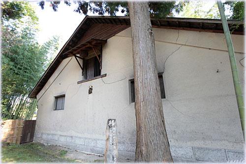 樹齢300年の杉と蔵