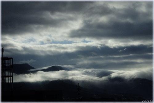 山を飲み込む雲
