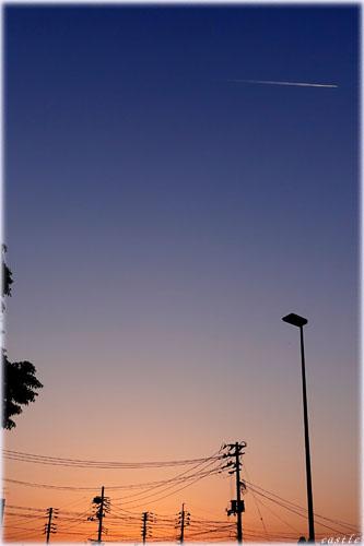 夕暮れ飛行機雲