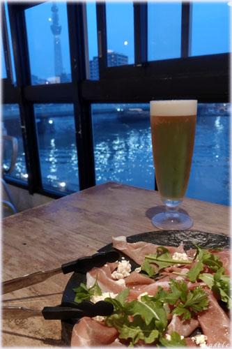 墨田川を見ながらビール